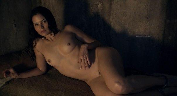 фото голая девушка в крови