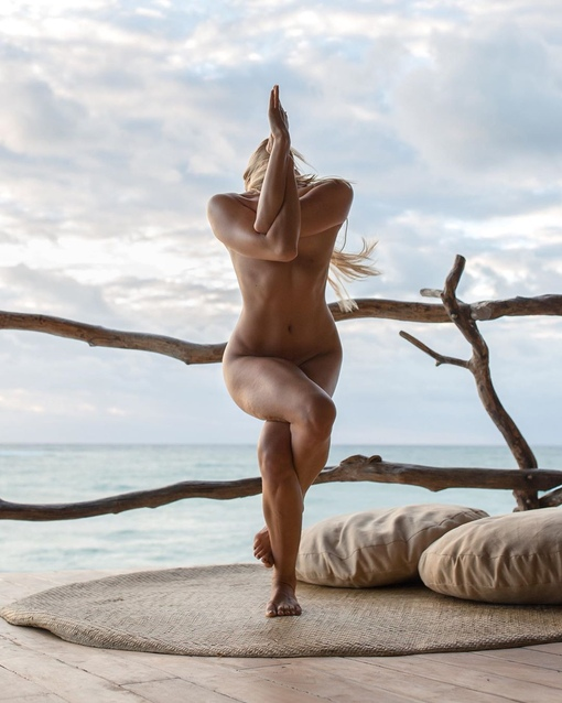 Nude yoga and desert — pic 6